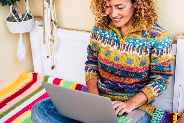 Pełen kolorowego obrazu dla kobiety w średnim wieku wolność pracy przy laptopie na zewnątrz na tarasie, rośliny i natura w tle dla koncepcji niezależności