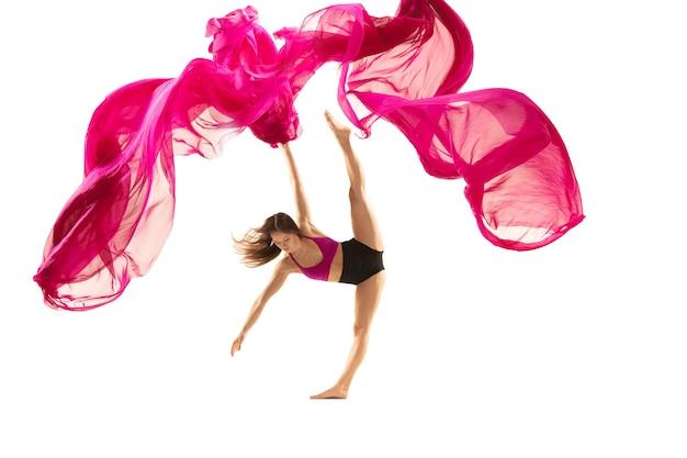 Pełen wdzięku tancerz baletowy lub klasyczny taniec baleriny na białym studiu kobieta tańczy