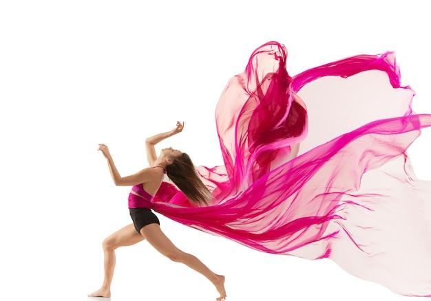 Pełen wdzięku tancerz baletowy lub klasyczny taniec baleriny na białym tle kobieta tańcząca z jedwabiem
