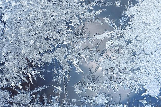 Pełen wdzięku wyraziste zimowe tło naturalne, tekstury makro. skopiuj miejsce. mroźny wzór na szybie okna zimą