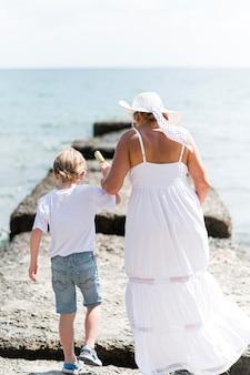 Pełna babcia i dziecko nad morzem