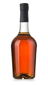 Pełna butelka whisky na białym tle