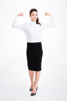 Pełna długość atrakcyjnej młodej bizneswoman stojącej i pokazującej bicepsy