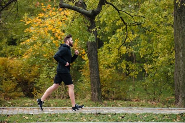 Pełna długość biegacza w widoku od strony parku