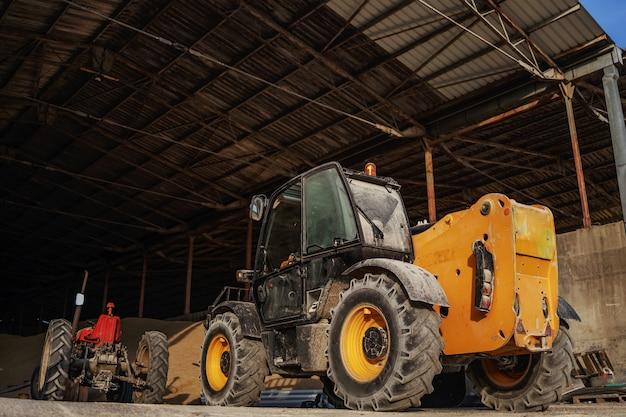 Pełna długość ciągników w stodole