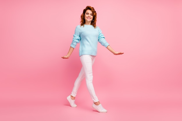 Pełna długość ciała, jej rozmiar, widok jej jest ładna, atrakcyjna, urocza, całkiem wesoła, wesoła, falowana dziewczyna spacerująca spędzająca weekend na białym tle nad różowym pastelowym kolorem tła