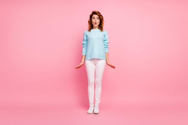 Pełna długość ciała, jej rozmiar, widok na nią ładnie wygląda atrakcyjna śliczna zdumiona kobieca wesoła falowana dziewczyna pozuje nadąsane usta niesamowite wieści odizolowane na różowym pastelowym kolorze tła