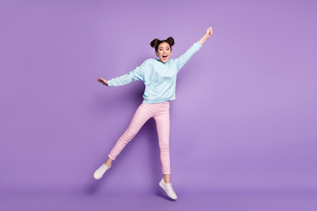 Pełna długość ciała rozmiar jej widok jest ładna atrakcyjna szczupła wesoła szalona dziewczyna skacząca trzymająca niewidzialny parasol wietrzny na fioletowym fioletowym liliowym jasnym żywym połysku żywy kolor tła