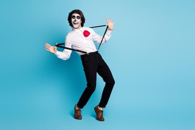 Pełna długość ciała rozmiar widok jego przystojny wesoły wesoły komiks figlarny dżentelmen mc artysta zabawy ciągnąc szelki taniec oszukiwać na białym tle jasny żywy połysk żywy niebieski kolor tła