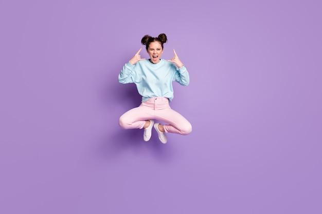 Pełna długość ciała rozmiar widok jej ona ładna atrakcyjna niegrzeczna szalona fajna wesoła dziewczyna skacząca pokazując róg znak rock roll odizolowany fioletowy fioletowy liliowy jasny żywy połysk żywy kolor tła