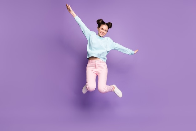 Pełna długość ciała rozmiar widok ładnej atrakcyjnej dość slim fit wesołej nieostrożnej dziewczyny skaczącej latającej zabawy izolowanej na fioletowym fioletowym liliowym jasnym żywym połysku żywy kolor tła