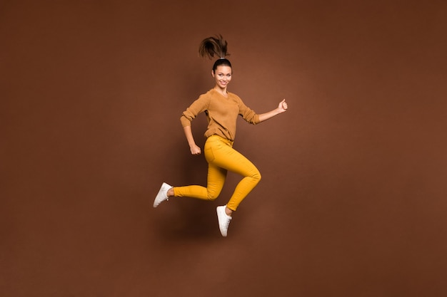 Pełna długość ciała wesoła, ładna, ładna, urocza, słodka, ładna dziewczyna, skacząca w kierunku centrum handlowego na sprzedaż