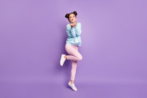 Pełna długość ciała widok ładnej atrakcyjnej ładnej szczupłej marzycielskiej wesołej dziewczyny skaczącej wysyłając pocałunek powietrzny na białym tle fioletowy fioletowy liliowy jasny żywy połysk żywy kolor tła