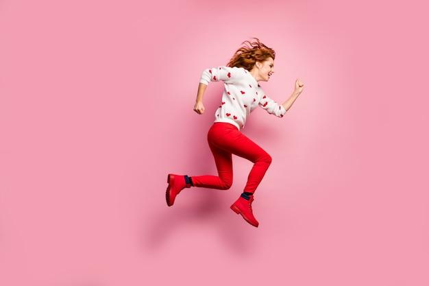 Pełna długość ciała widok ładnej, atrakcyjnej, wesołej lśniącej dziewczyny, która biegnie szybko, aktywny tryb życia sportowy tryb życia, dostawa prezentów