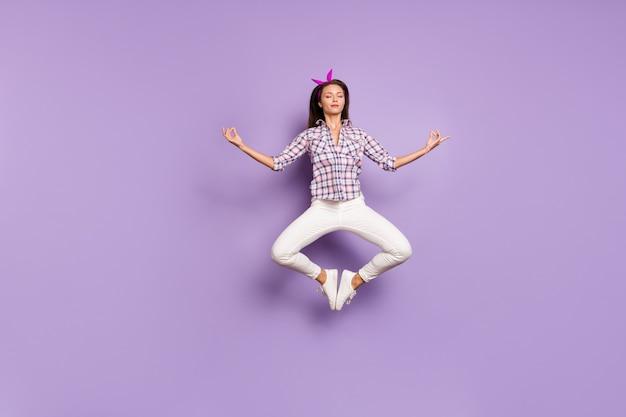 Pełna Długość Ciała Widok Spokojnej Dziewczyny Skaczącej Podczas Medytacji Premium Zdjęcia