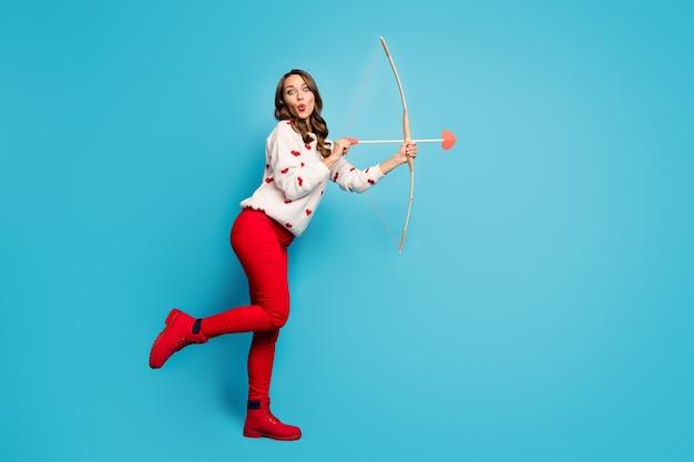 Pełna długość ciała zobacz uroczą zabawną zabawną zabawną wesołą dziewczynę wysyłającą miłosną strzałkę pozującą