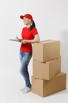 Pełna długość dostawy kobieta w czerwonej czapce, t-shirt na białym tle. kobieta kurier trzymając schowek z dokumentem dokumentów, pusty pusty arkusz na pustych kartonach. odbieranie pakietu.