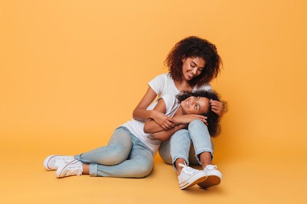 Pełna długość dwóch ładnych afrykańskich sióstr