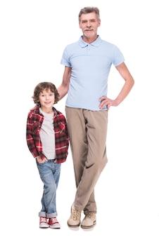 Pełna długość dziadka i wnuka pozują.