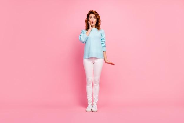 Pełna długość jej ciała, jej rozmiar, jest ładna, atrakcyjna, urocza, urocza, zdumiona, wesoła, falująca dziewczyna, nadąsana wargi, reakcja wiadomości, na białym tle na różowym pastelowym kolorze