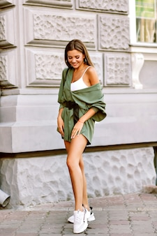 Pełna długość portret miasta styl życia niesamowite stylowe hipster dziewczyny pozuje na ulicy