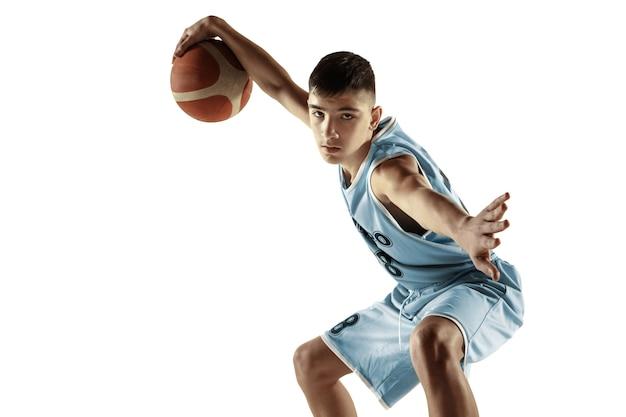 Pełna długość portret młodego koszykarza z piłką na białym tle