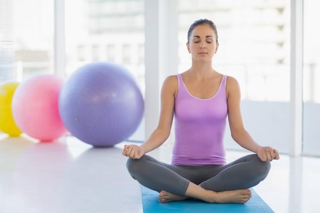Pełna długość robi joga kobieta