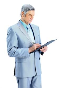 Pełna długość uśmiechniętego starszego człowieka biznesu pisania w notatniku na białym