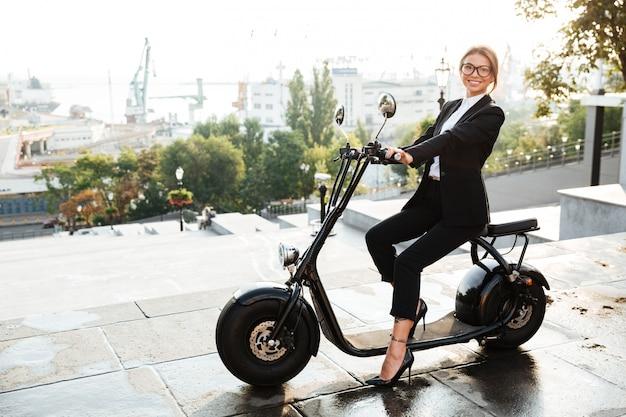 Pełna długość widok z boku szczęśliwej kobiety biznesu