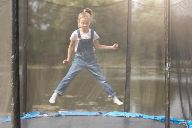 Pełna długość zdjęcie śmieszne małej dziewczynki