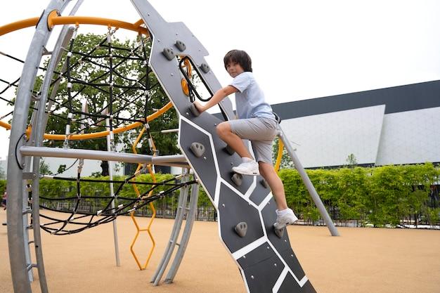 Pełna drabina wspinaczkowa dla dzieci w parku