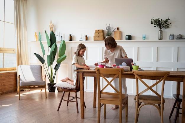 Pełna dziewczyna ucząca się w domu