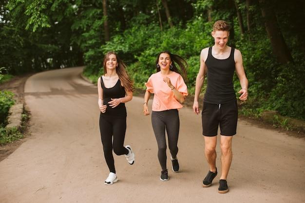Pełna grupa biegających przyjaciół