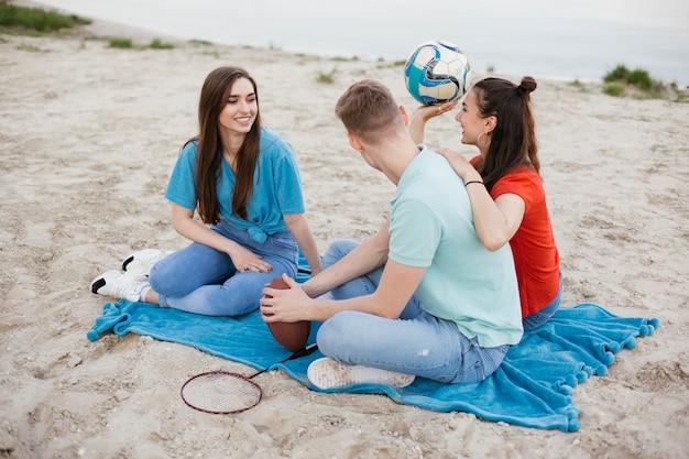 Pełna grupa przyjaciół na plaży