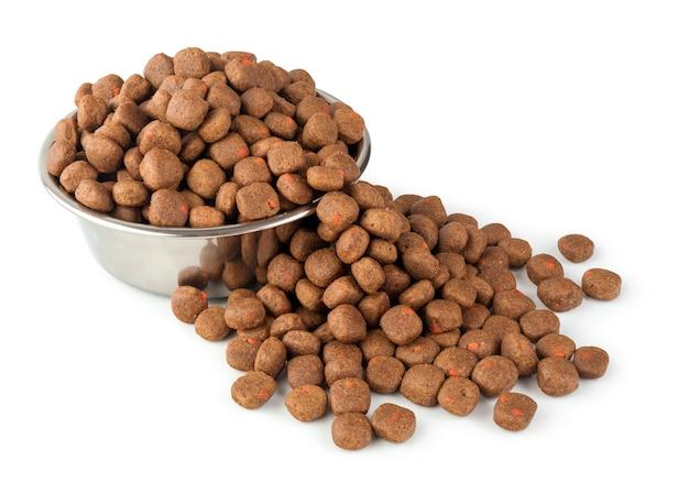 Pełna karma dla psów lub kotów na naczyniu ze stali nierdzewnej na białym tle do projektowania o sklepie zoologicznym. koncepcja zwierząt i zwierząt domowych.