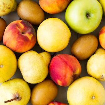 Pełna klatka jabłek; gruszki; owoce brzoskwini i kiwi