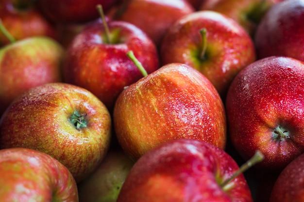 Pełna klatka mokrych świeżych czerwonych jabłek