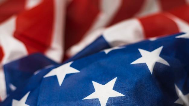 Pełna klatka odczytu i niebieska flaga usa z gwiazdami i paskami