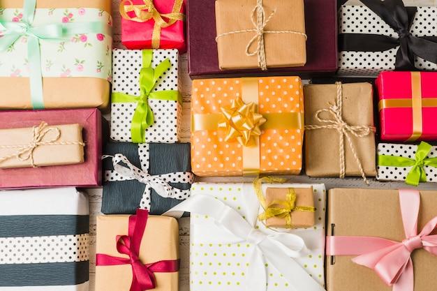 Pełna klatka pięknych zdobionych różnych pudełek na prezenty