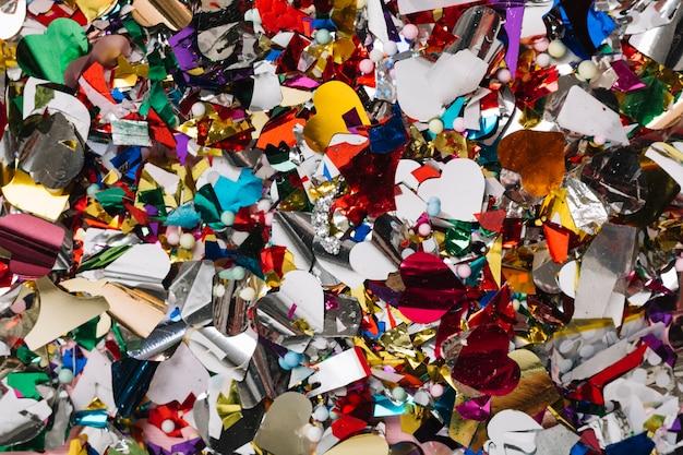 Pełna klatka strzelająca kolorowi confetti