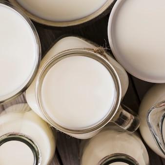 Pełna klatka świeżego zdrowego mleka w szklanym pojemniku
