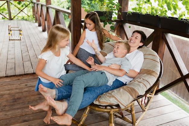 Pełna kobieta spędzająca czas z dziećmi