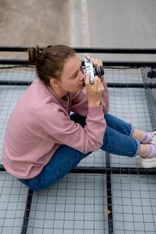Pełna kobieta z aparatem fotograficznym
