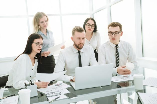 Pełna koncentracja w pracy. ludzie biznesu siedzący przy biurku
