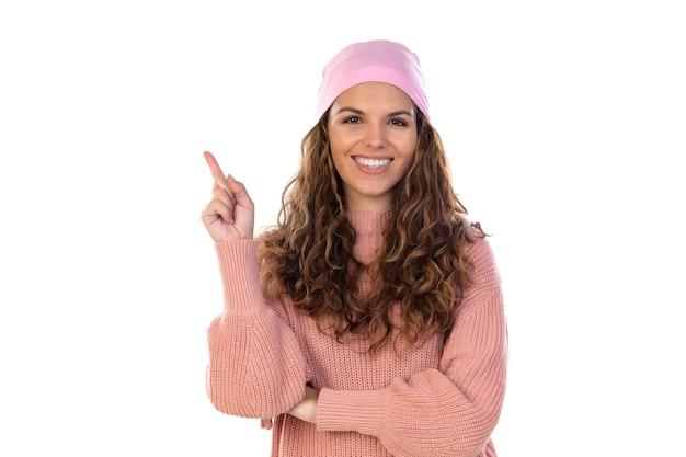 Pełna nadziei kobieta z rakiem ubrana w zamyślony różowy szalik odizolowany na białej ścianie
