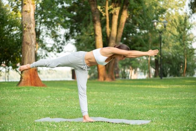 Pełna postawa kobiety jogi