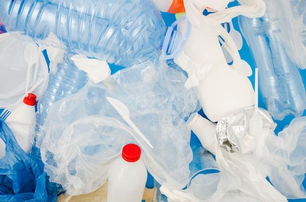 Pełna rama plastikowej torby i butelki do recyklingu