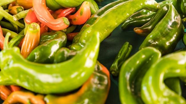 Pełna rama świeżej zielonej papryki chili na sprzedaż