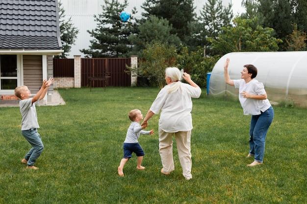 Pełna rodzina gra na świeżym powietrzu