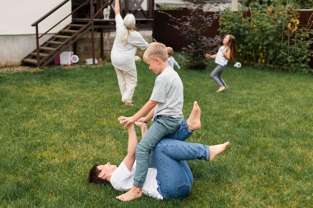 Pełna rodzina grająca na trawie